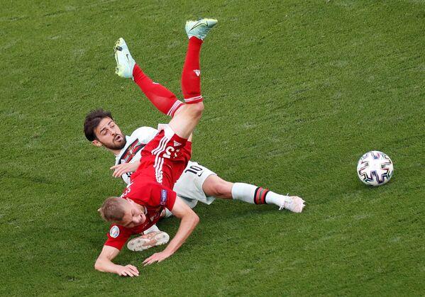 Boj o míč mezi portugalským fotbalistou Bernardem Silvou a maďarským hráčem Lászlem Kleinheislerem - Sputnik Česká republika
