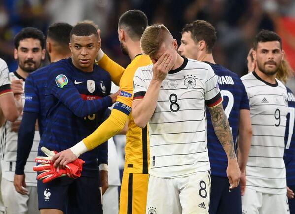 Německý fotbalista Tony Kroos a francouzský hráč Kylian Mbappé po vzájemném utkání. - Sputnik Česká republika