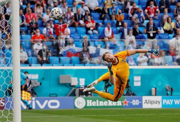 Brankář Finska dostává gól do vlastní branky během utkání s Ruskem na EURO 2020. - Sputnik Česká republika