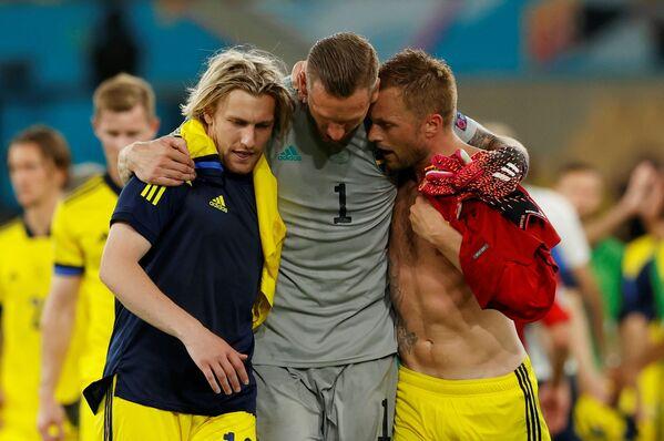 Švédští hráči Emil Forsberg, Robin Olsen a Sebastian Larsson po utkání se Španělskem na EURO 2020. - Sputnik Česká republika