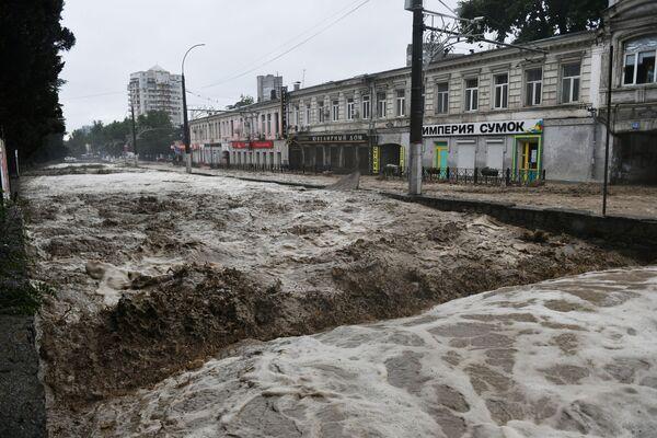 Následky vydatných dešťů na jedné z ulic na Jaltě.   - Sputnik Česká republika