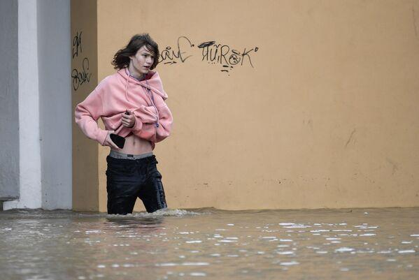 Mladý chlapec se brodí vodou na jedné z ulic v Kerči.  - Sputnik Česká republika