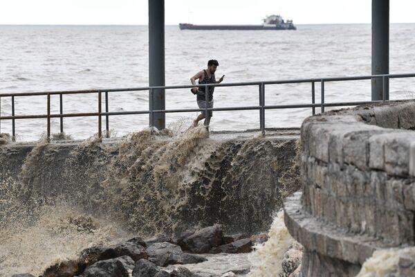 Muž na pobřeží Jalty se brodí vodou.  - Sputnik Česká republika