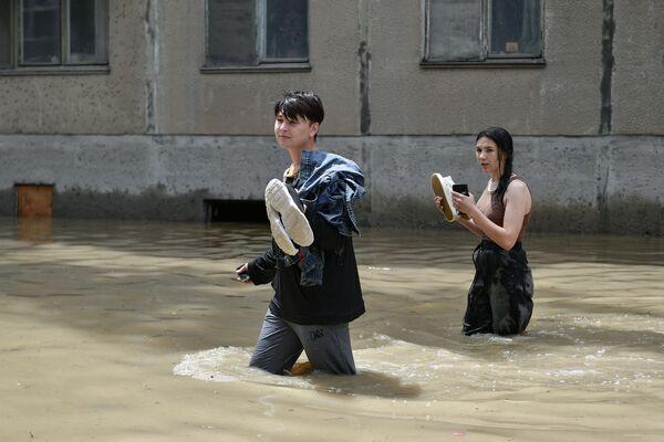 Mladí lidé na jedné ze zatopených ulic v Kerči.  - Sputnik Česká republika