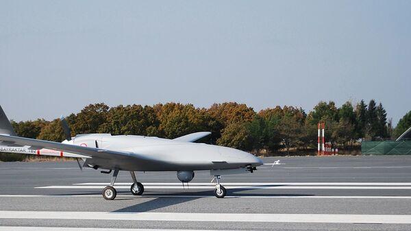 Турецкий ударный оперативно-тактический средневысотный беспилотный летательный аппарат Bayraktar TB2 - Sputnik Česká republika