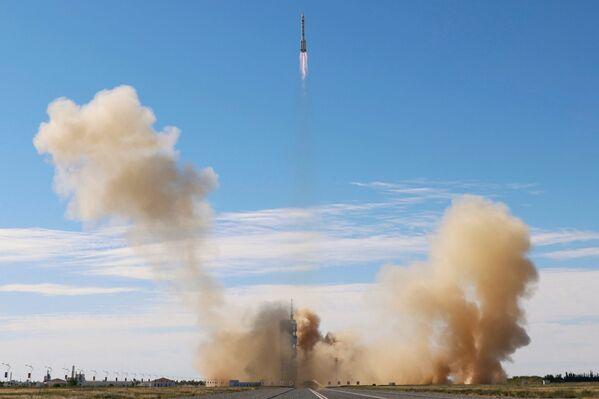 Čínská nosná raketa Dlouhý pochod 2F s pilotovanou lodí Šen-čou 12 startovala ve čtvrtek v 09.22 hod místního času (03.22 hod SELČ) z kosmodromu Ťiou-čchüan v provincii Kan-su na severozápadě země.   - Sputnik Česká republika
