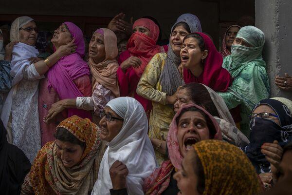 Příbuzní a sousedé truchlí na pohřbu policisty Waseema Ahmeda, který zahynul během přestřelky na okraji Šrínagaru v lokalitě Kašmír v Indii.  - Sputnik Česká republika