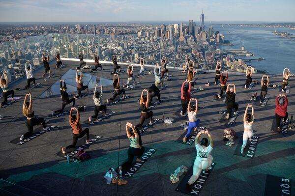 Lekce jógy na Edge Observation Deck v New Yorku.  - Sputnik Česká republika