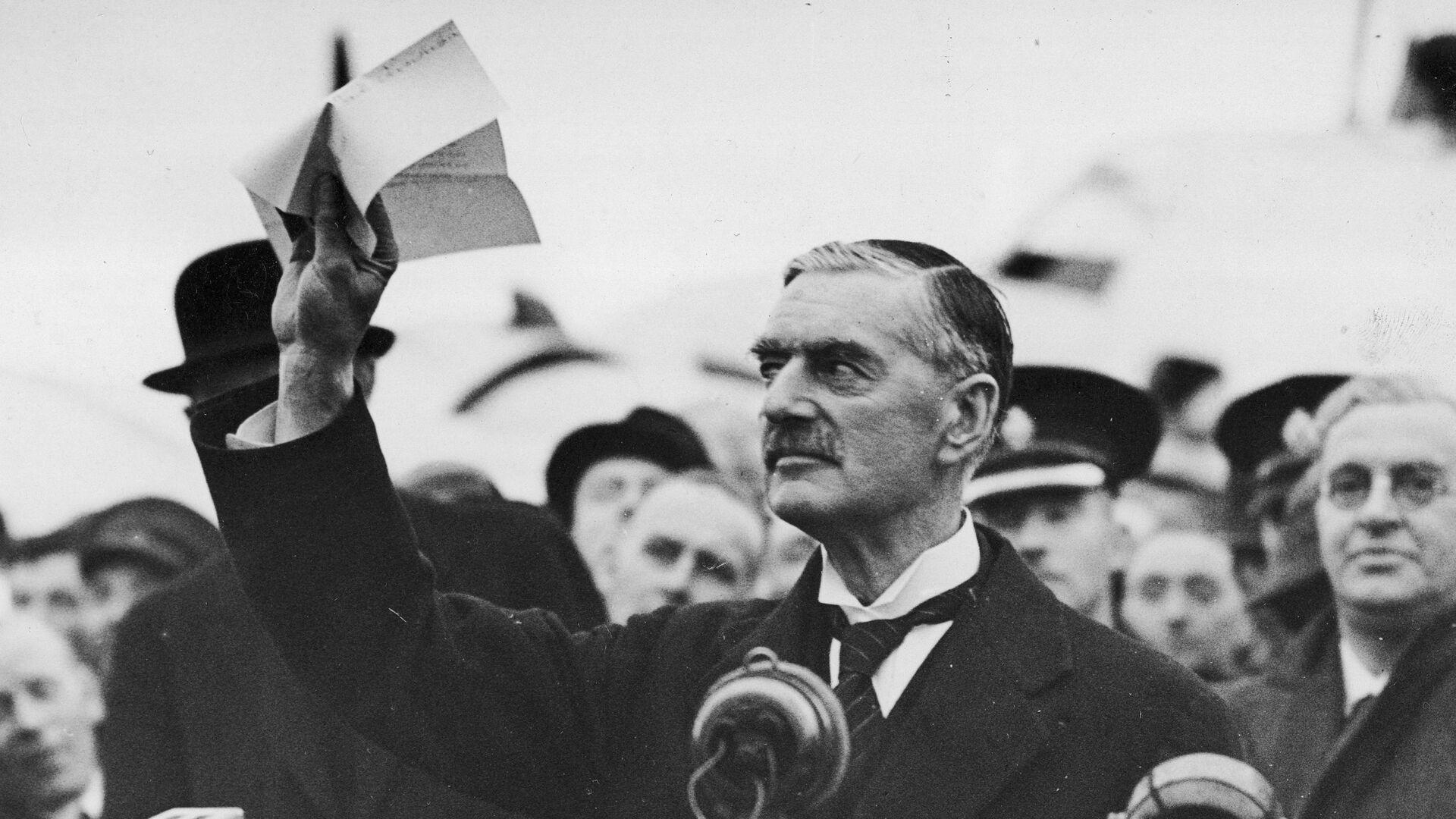 Britský premiér Chamberlain po návratu do Londýna o Mnichovské dohodě: Přivezl jsem vám mír! - Sputnik Česká republika, 1920, 21.06.2021