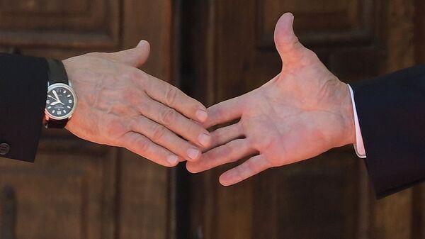 Президент РФ Владимир Путин и президент США Джо Байден пожимают руки во время встречи в Женеве на вилле Ла Гранж - Sputnik Česká republika