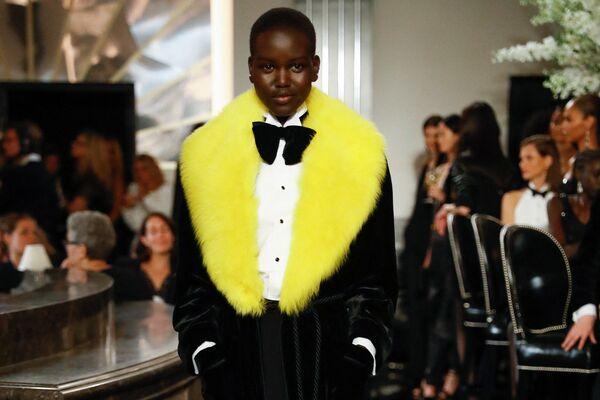 Modelka Adut Akechová na módní přehlídce Ralph Lauren Fall 2019 v New Yorku. - Sputnik Česká republika