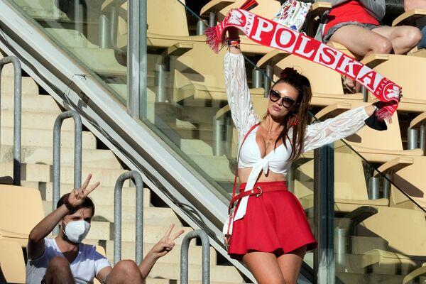 Polská fanynka na Euro 2020 v Seville, Španělsko - Sputnik Česká republika