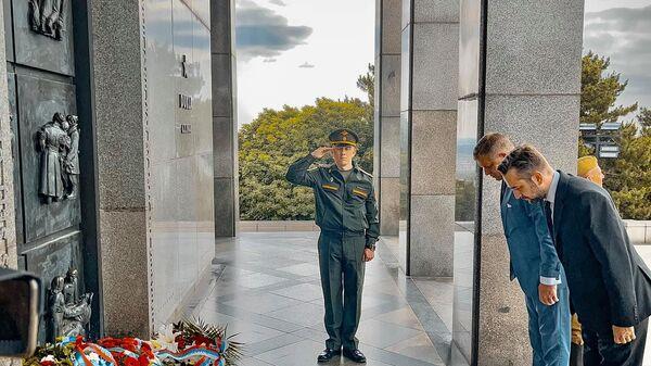 Бывший премьер-министр Словакии Роберт Фицо на церемонии возложения цветов - Sputnik Česká republika