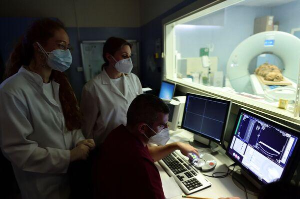 Egyptská mumie během tomografie v milánské nemocnici - Sputnik Česká republika