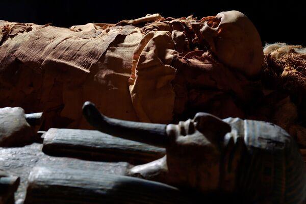 Mumie vedle sarkofágu v Archeologickém muzeu v Bergamu v Itálii - Sputnik Česká republika
