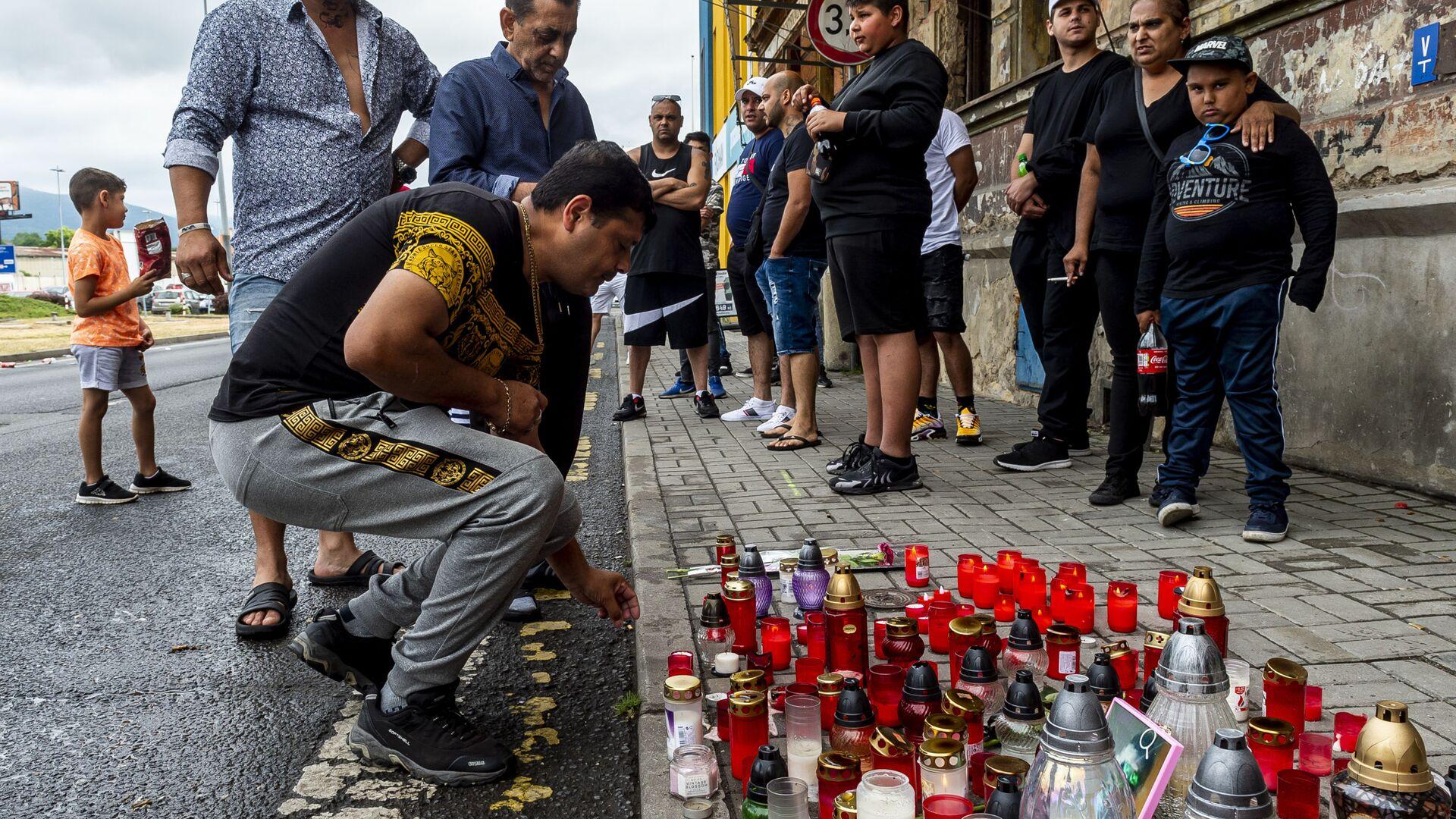 Muž zapálil svíčku na místě smrti Roma v Teplicích - Sputnik Česká republika, 1920, 24.06.2021