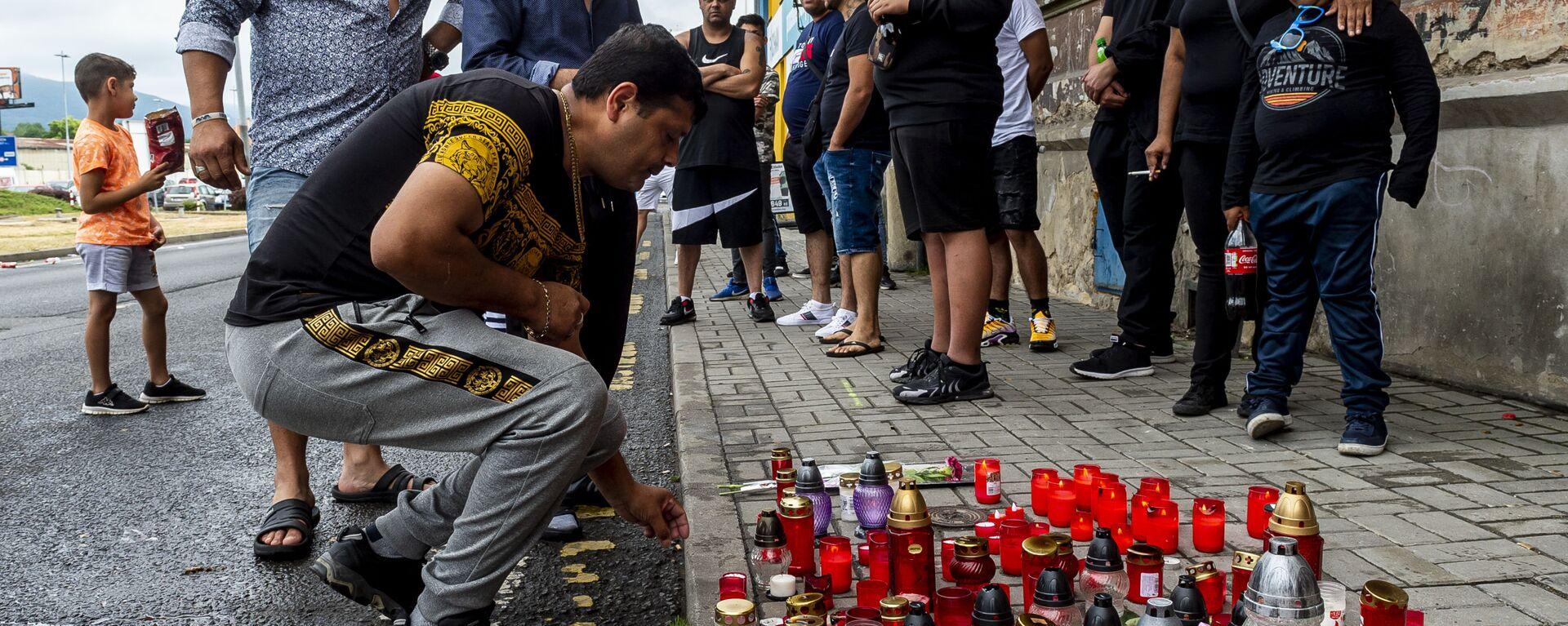 Muž zapálil svíčku na místě smrti Roma v Teplicích - Sputnik Česká republika, 1920, 26.06.2021