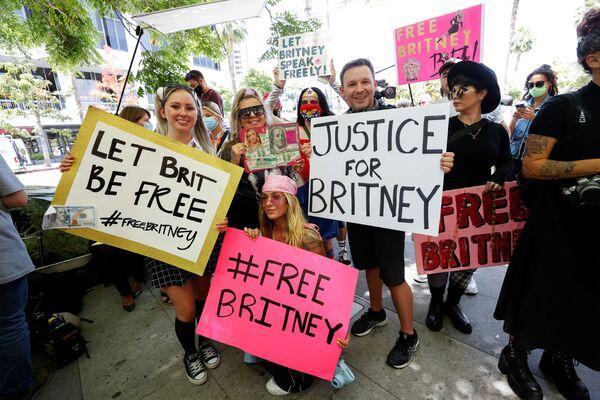 Lidé protestují na podporu popové hvězdy Britney Spearsové v den soudního jednání ve věci opatrovnictví v budově soudu Stanley Mosk v Los Angeles - Sputnik Česká republika