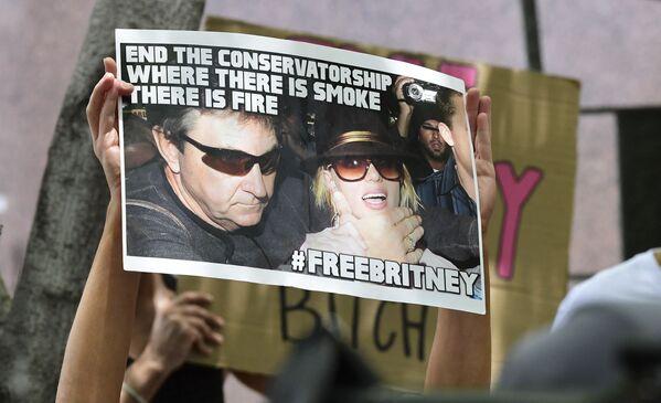 Fanoušci a příznivci Britney Spearsové drží plakáty před budovou okresního soudu v Los Angeles - Sputnik Česká republika