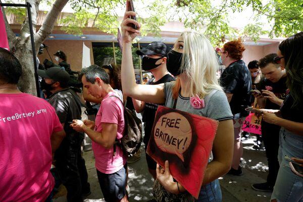 Lidé, kteří přišli podpořit Britney Spearsovou v den projednávání případu opatrovnictví v soudní budově v Los Angeles - Sputnik Česká republika