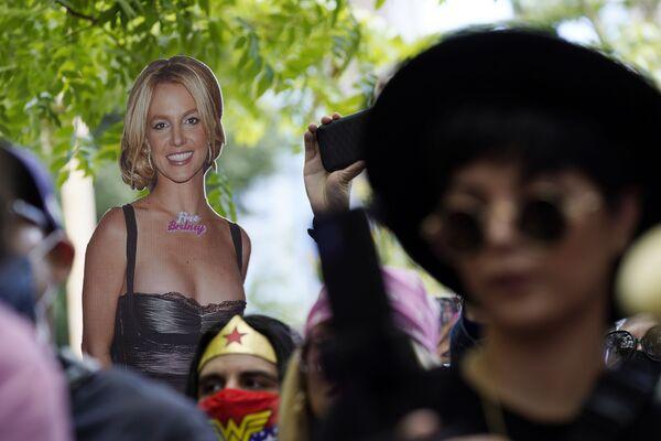 Kartonová Britney Spearsová v davu před budovou soudu v Los Angeles - Sputnik Česká republika