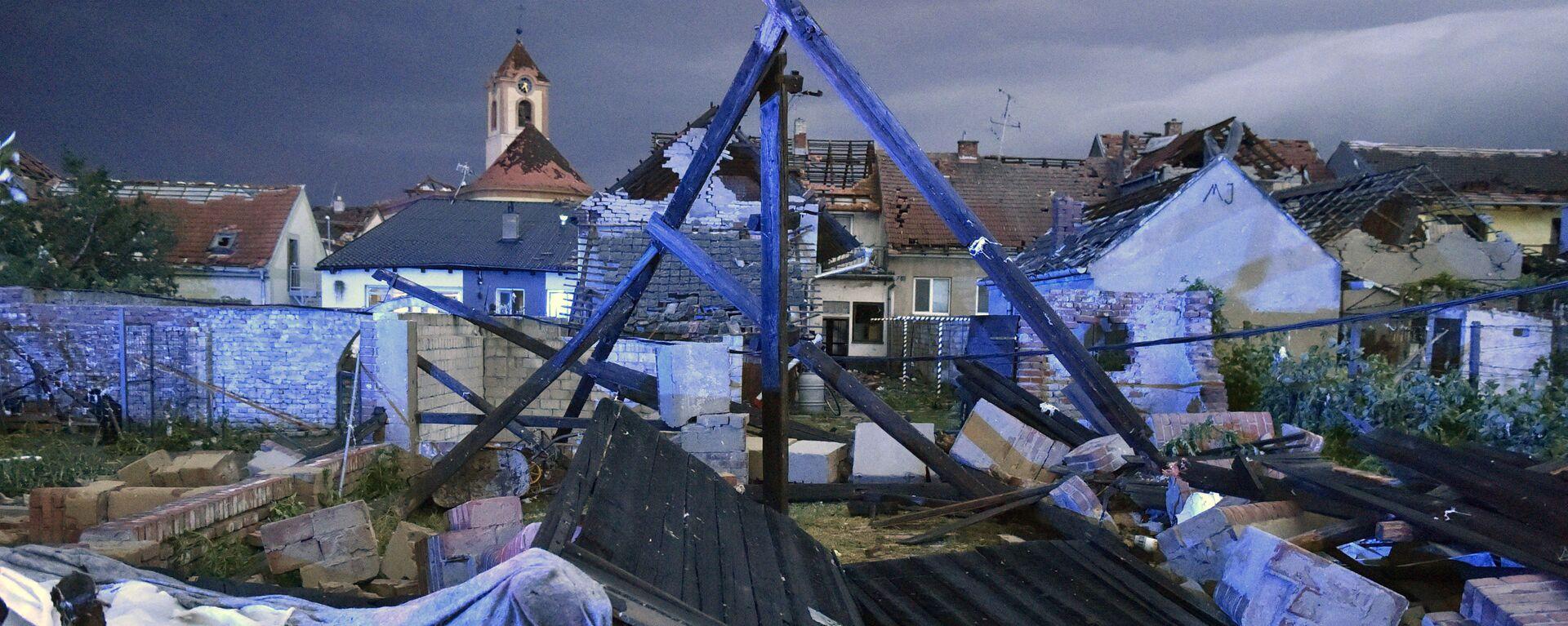Поврежденные в результате торнадо здания в деревне Хруски, Южная Моравия, Чехия - Sputnik Česká republika, 1920, 26.06.2021