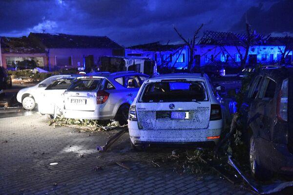 Zničená auta v městyse Moravská Nová Ves - Sputnik Česká republika