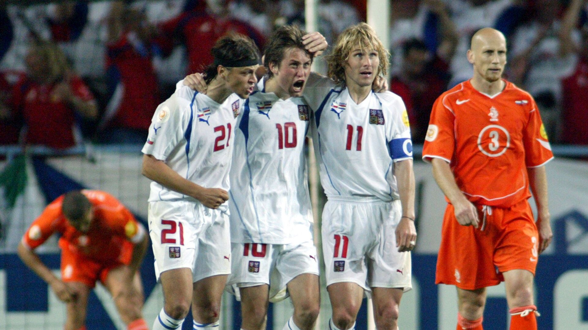 Tomáš Ujfaluši, Tomáš Rosický a Pavel Nedvěd při zápase proti Nizozemsku na EURO 2004 - Sputnik Česká republika, 1920, 26.06.2021