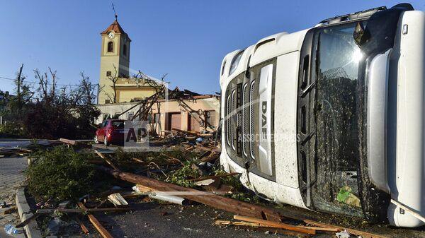 Перевернутый грузовик и поврежденная церковь после торнадо, обрушившегося на деревню Моравска-Нова-Вес в районе Годонин в Южной Моравии, Чешская Республика - Sputnik Česká republika