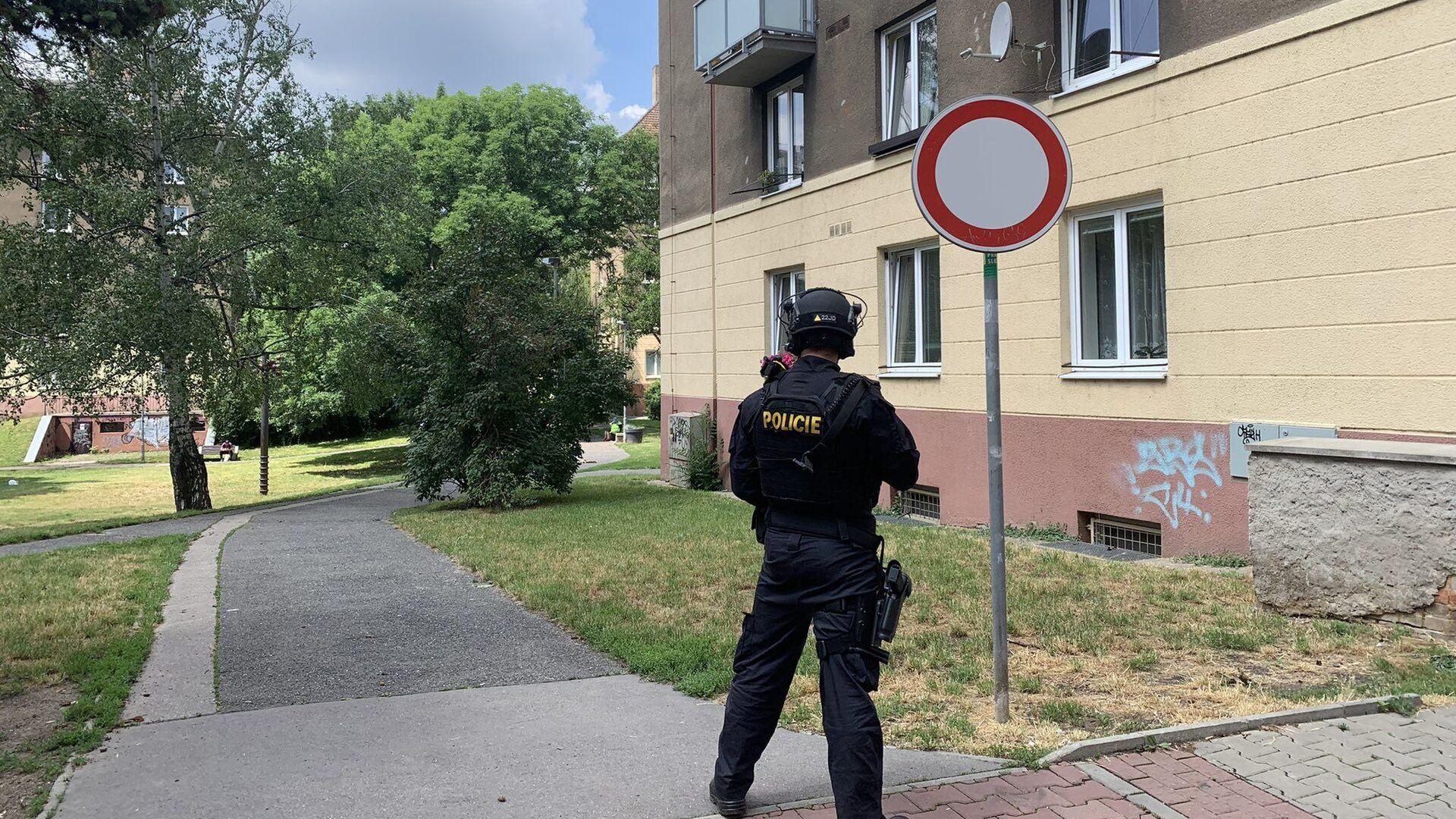Policista hlídá dům v ulici U Libeňského pivovaru v Praze 8, kde došlo k výbuchu - Sputnik Česká republika, 1920, 30.08.2021