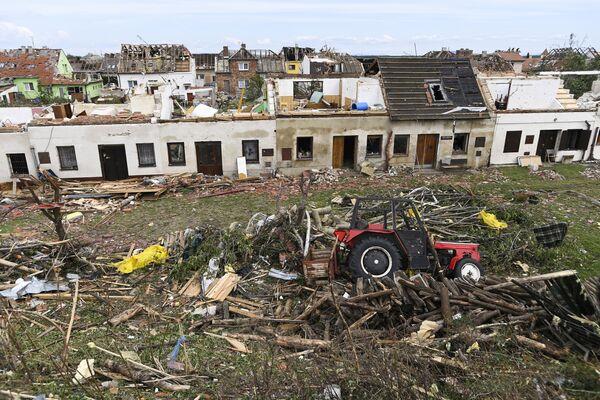 Převrácený traktor a poškozené domy po tornádu, které zasáhlo obec Mikulčice - Sputnik Česká republika