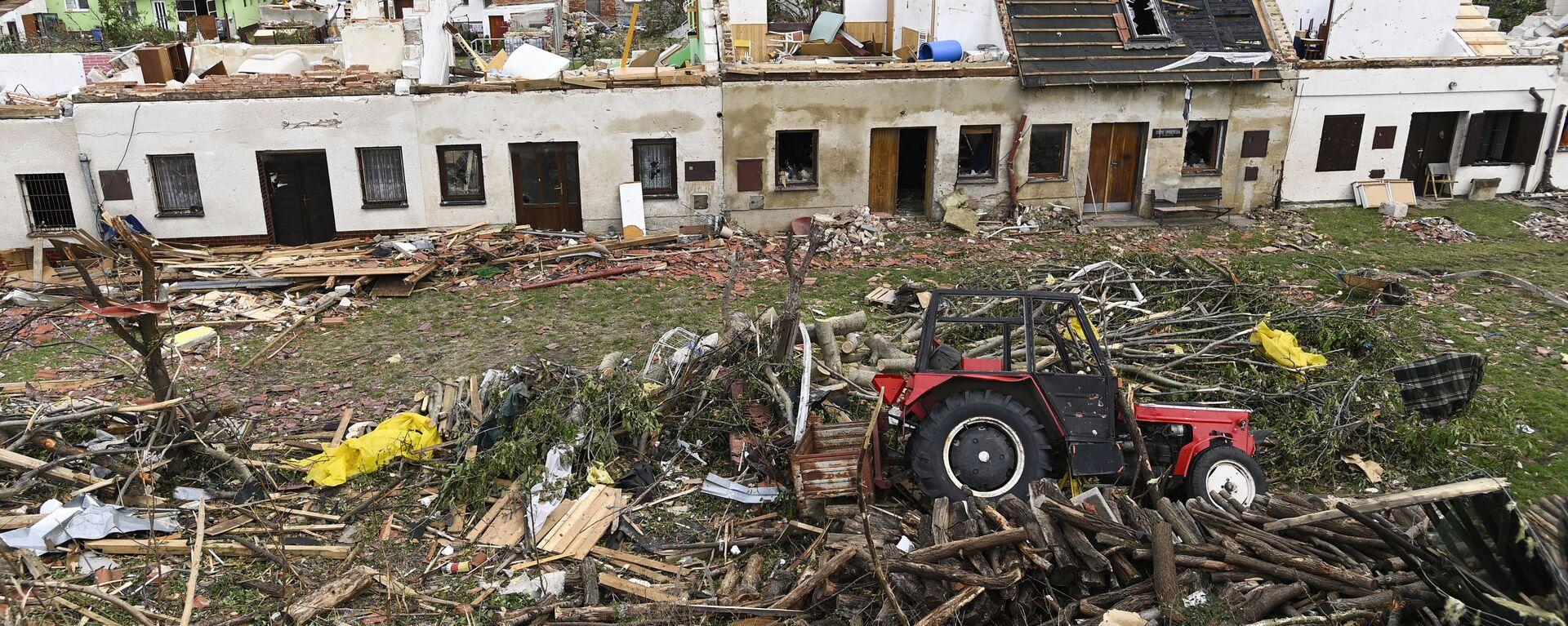 Převrácený traktor a poškozené domy po tornádu, které zasáhlo obec Mikulčice - Sputnik Česká republika, 1920, 27.06.2021