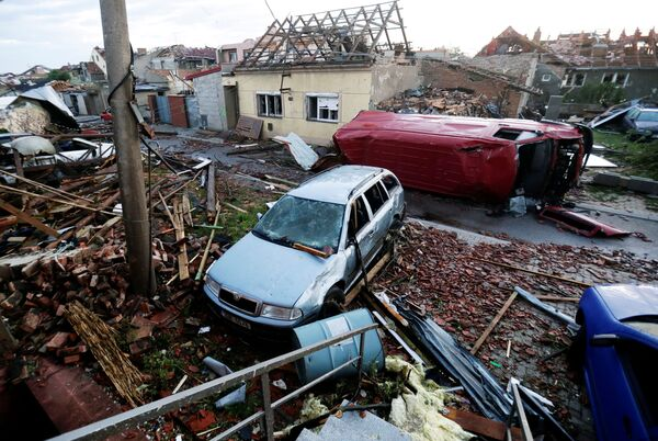 Na snímku jsou trosky a poškozená auta v obci Moravská Nová Ves - Sputnik Česká republika