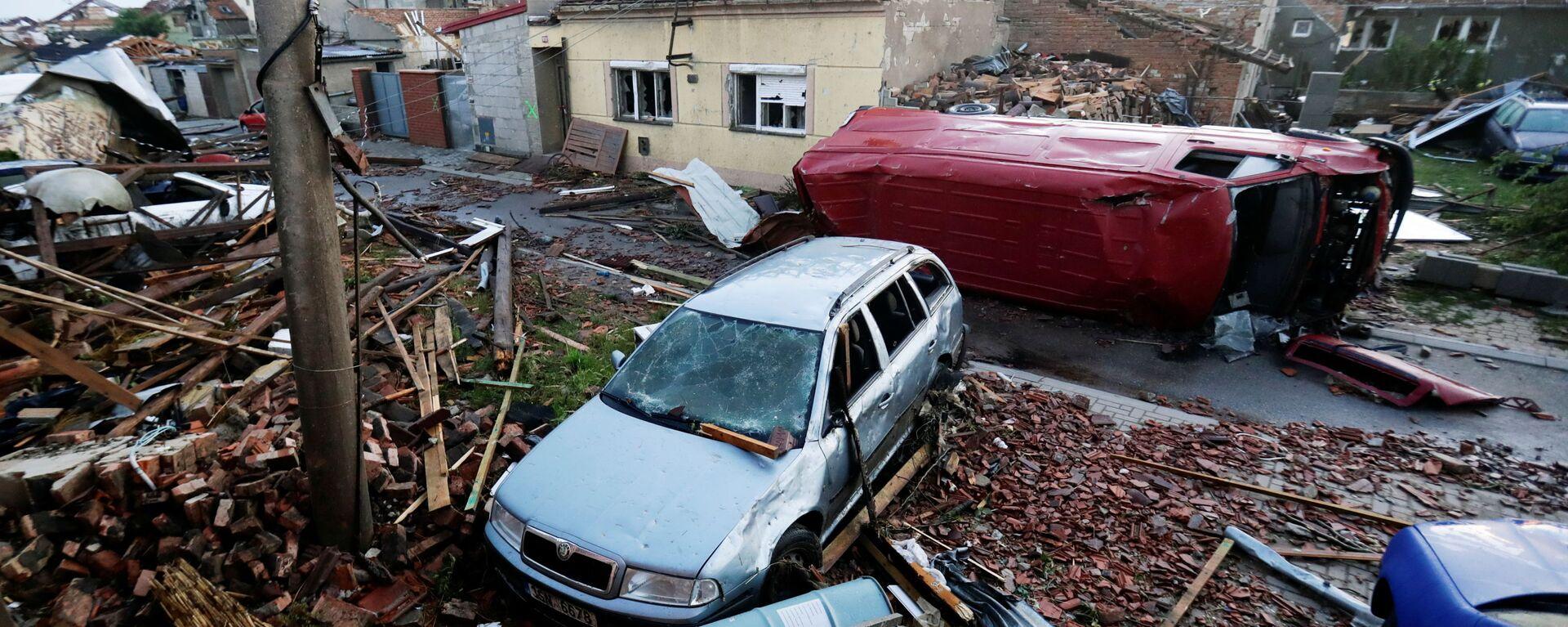 Na snímku jsou trosky a poškozená auta v obci Moravská Nová Ves - Sputnik Česká republika, 1920, 29.06.2021