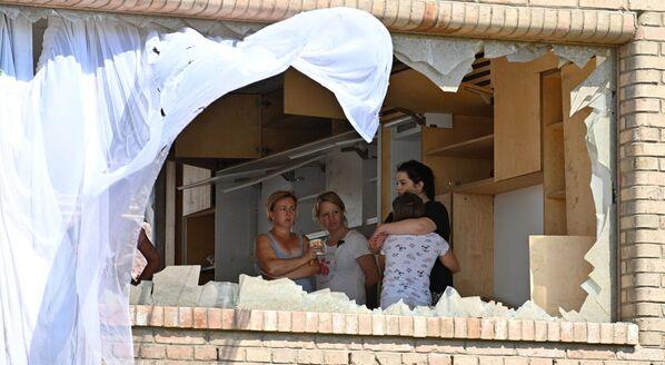 Lidé se dívají poškozeným oknem v obci Mikulčice - Sputnik Česká republika