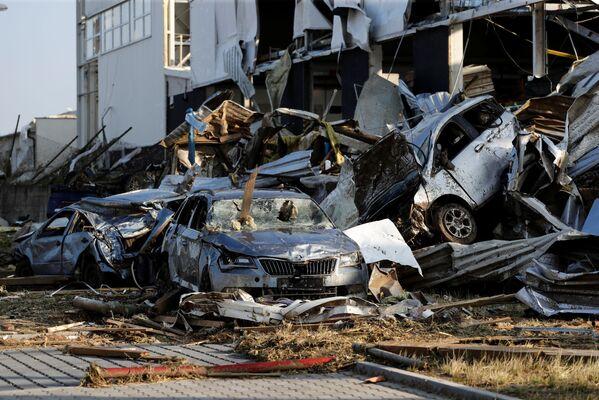 Na snímku jsou vidět trosky automobilů a budov v obci Lužice po tornádu, které zasáhlo města a vesnice - Sputnik Česká republika