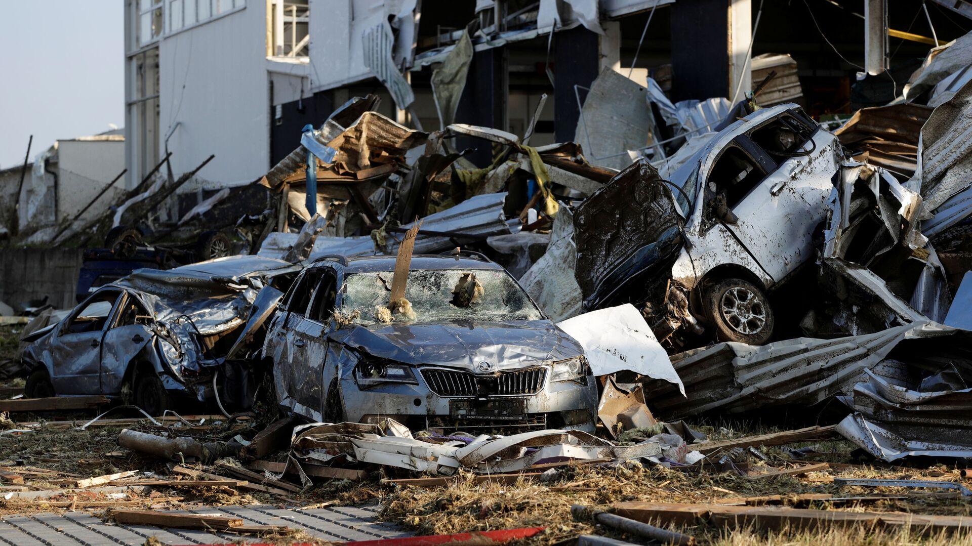Na snímku jsou vidět trosky automobilů a budov v obci Lužice po tornádu, které zasáhlo města a vesnice - Sputnik Česká republika, 1920, 03.07.2021