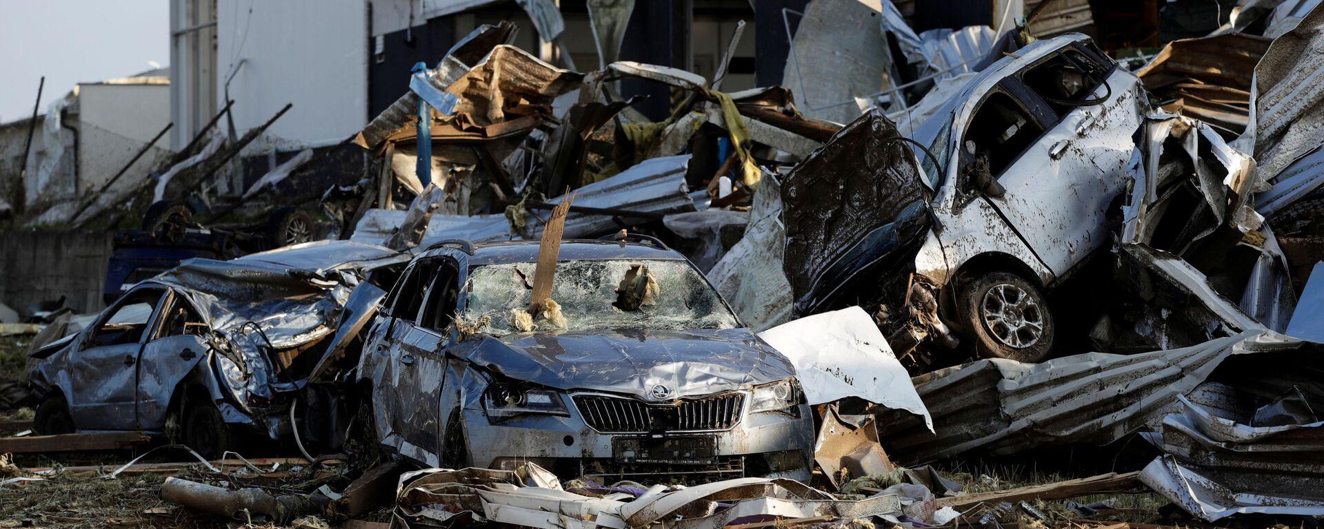 Na snímku jsou vidět trosky automobilů a budov v obci Lužice po tornádu, které zasáhlo města a vesnice - Sputnik Česká republika, 1920, 27.06.2021