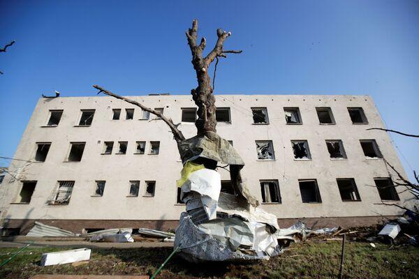 Snímek ukazuje poškozenou budovu ve vesnici Lužice po tornádu - Sputnik Česká republika