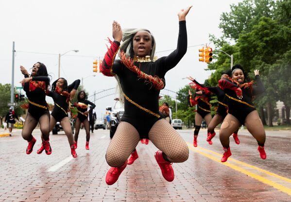 Taneční kapitánka Shayre'Mae Harrisová v čele účastníků ze studia For The Love of Dance Studio během vystoupení, Michigan, USA - Sputnik Česká republika