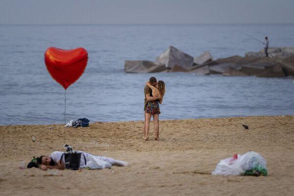 Pár na pláži brzy ráno v Barceloně, Španělsko - Sputnik Česká republika