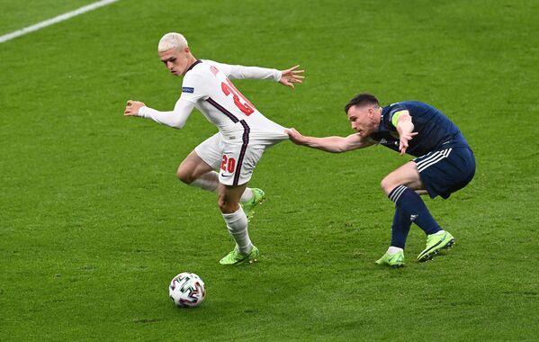 Anglický fotbalista Phil Foden proti Skotovi Andrewu Robertsonovi během zápasu skupiny D Euro 2020 mezi Anglií a Skotskem - Sputnik Česká republika