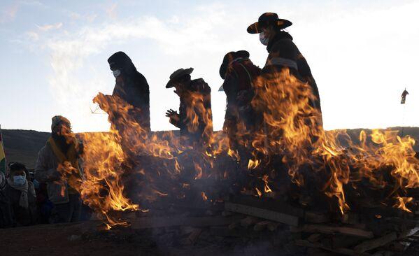 Náboženští vůdci domorodých národů Aymara dokončili novoroční rituál ve starověkém městě Tiwanaku v Bolívii - Sputnik Česká republika