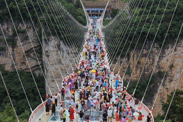 Přechod pro chodce se skleněným dnem v Čchang-ťia-ťie ve středočínské provincii Chu-nan - Sputnik Česká republika