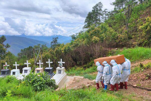 Pohřeb zemřelého na covid-19 na hřbitově ve Falamu v Myanmaru - Sputnik Česká republika