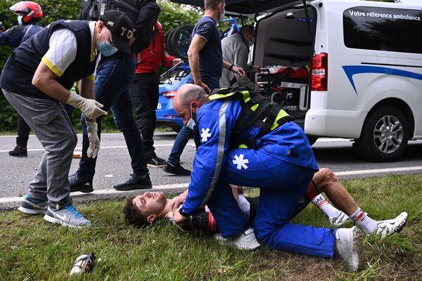 Švýcar Marc Hirschi leží po pádu v první etapě Tour de France - Sputnik Česká republika
