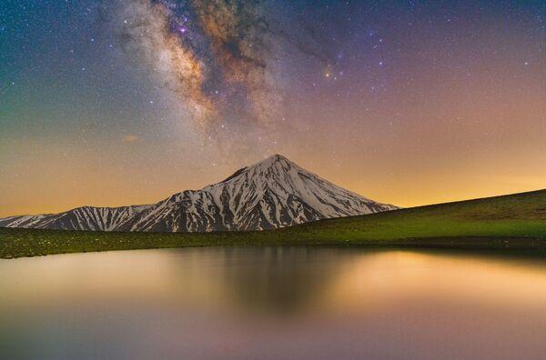 Fotografie sopky Damávand a Mléčné dráhy od íránského fotografa Masouda Ghadiriho s názvem Glory of Damavand and Milky Way - Sputnik Česká republika