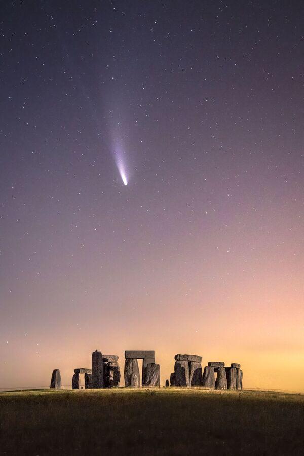 Foto komety nad Stonehenge od britského fotografa Jamese Rushfortha - Sputnik Česká republika