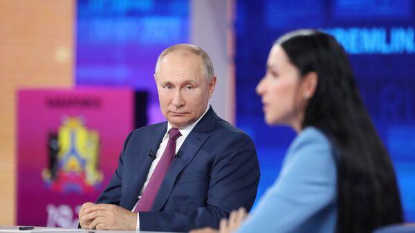 Владимир Путин во время ежегодной программы Прямая линия с Владимиром Путиным  - Sputnik Česká republika