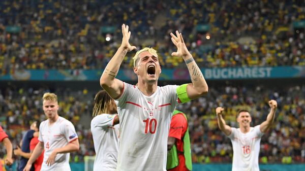 Швейцарский футболист Гранит Джака радуется победе своей команды в матче 1/8 финала Euro 2020 между Францией и Швейцарией на Национальном стадионе в Бухаресте, Румыния - Sputnik Česká republika